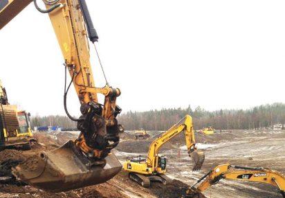 Huser entreprenør gravemaskiner i full frift med flytting av masser