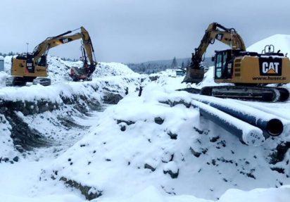Huser entreprenør bygger ny reservevannledning for Eidsvoll kommune, to gravere i drift for å grave grøft
