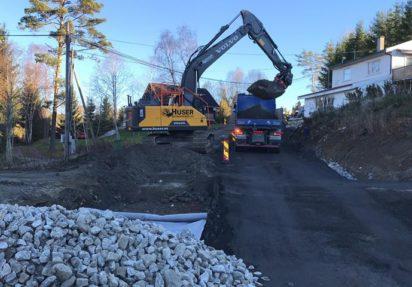 Huser entreprenør laster ut masser med graver på lastebil