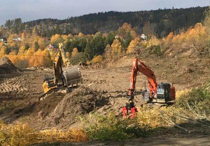 Huser entreprenør bygger FV.169, her med to gravere i urrt terreng
